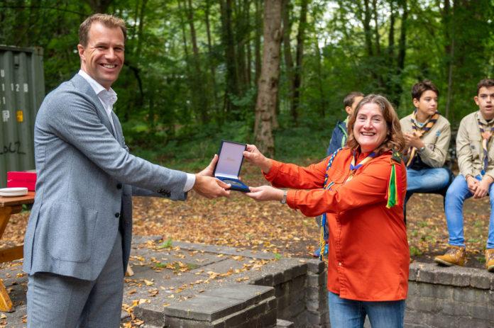 Stanley 55 ontvangt Haagse stadspenning uit handen van Wethouder Hilbert Bredemeijer