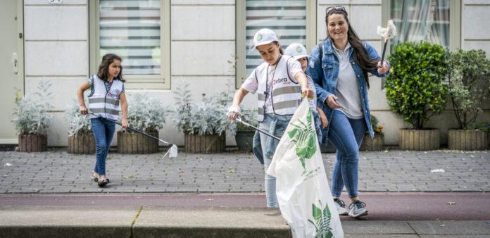 Buurtbewoners ruimen zwerfvuil op. Foto: Gemeente Den Haag / Valerie Kuypers
