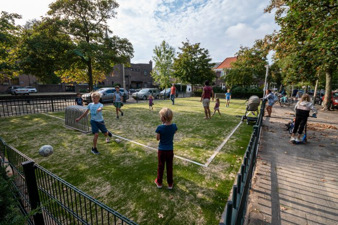 Kinderen op speelveld Johannes Bilderstraat