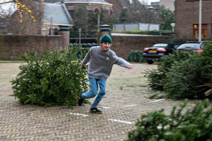 03-01-2021: Nieuws: Kerstbomen inleveren 2021: Nederland Gemeente Den Haag heeft 37 inname punten voor kerstbomen ingezet. Groot succes en leuke actie voor de jeugd.